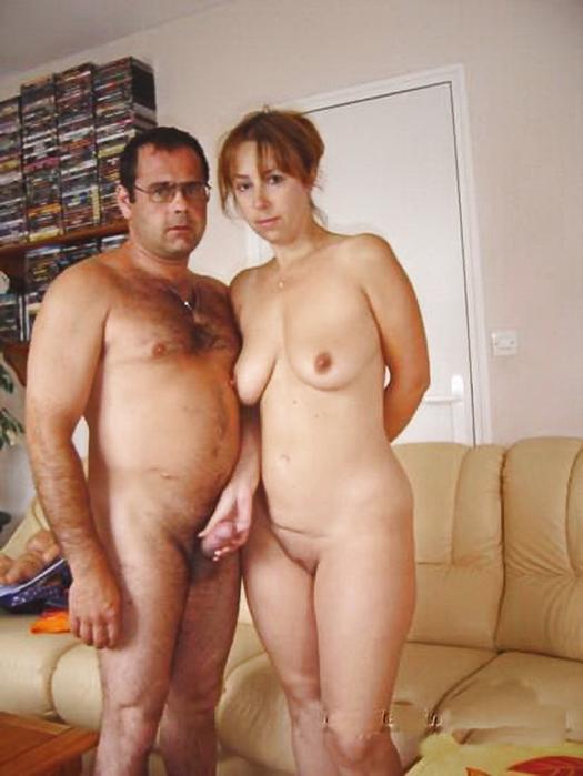 на фото голая любовница держит большой член мужа