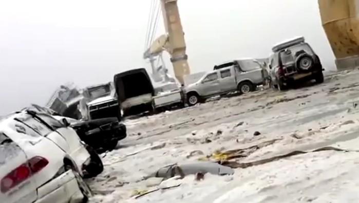 Видео: сильнейший шторм в океане разбил более 50 машин