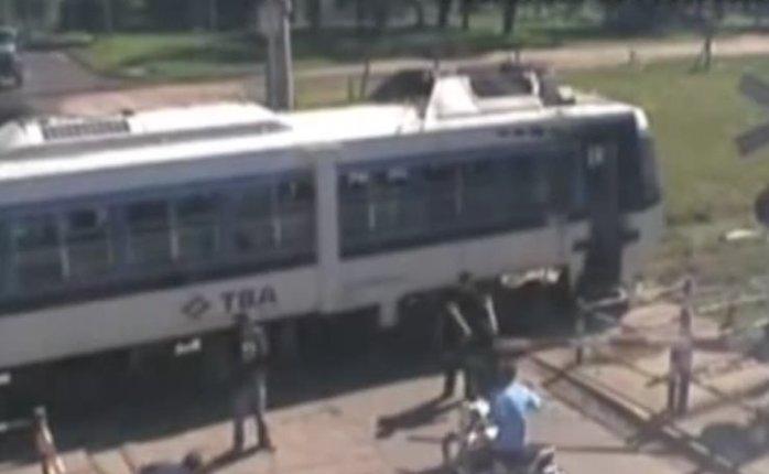 Человек чудом спасается от поезда в Аргентине