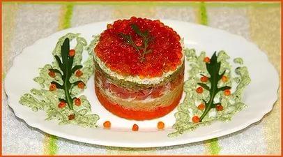 Салат морская жемчужина с кальмарами креветками и красной икрой