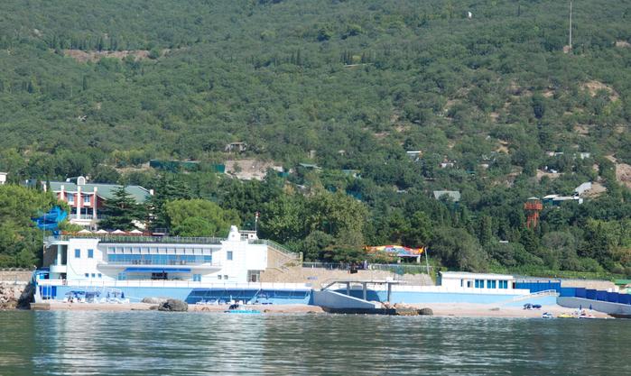 Форос 2  Огороженный пляж пансионата имени Терлецкого, который принадлежит ВТБ (700x417, 451Kb)