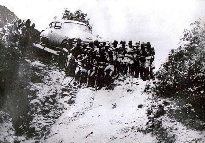 История первого автомобиля в Непале: фото и видео переноса королевской машины по горным тропам