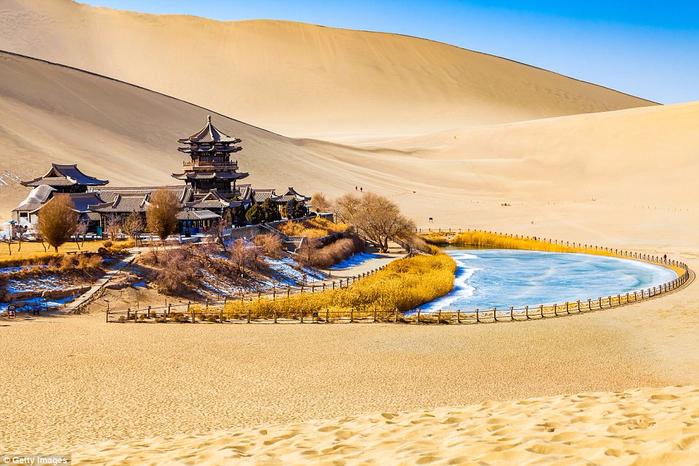 1. Озеро Юэяцюань («Растущее озеро») в оазисе Дуньхуан (700x466, 434Kb)