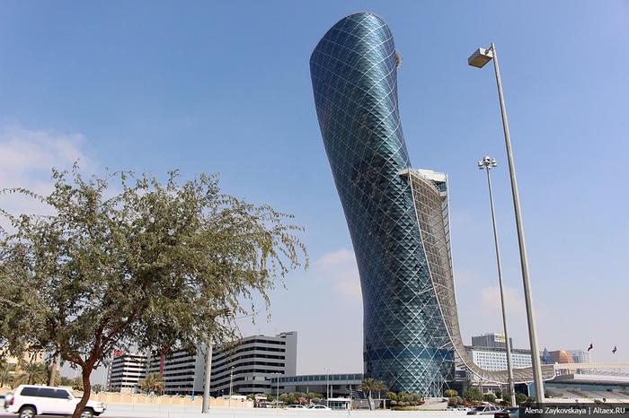 Падающий небоскреб Capital Gate в Абу Даби 1 (700x466, 388Kb)