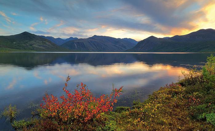1. Озеро Джека Лондона, Магаданская область.... (700x427, 408Kb)