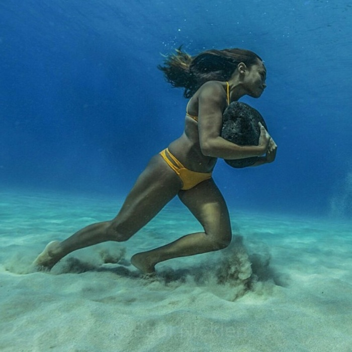 4720760-1000-1448617593-pics-hawaiian-surfer-ha-a-keaulana-runs-across-the-ocean-floor-with-a-50-pound-boulder-as-training-to-survive-the-massive-surf-waves[1] (700x699, 117Kb)