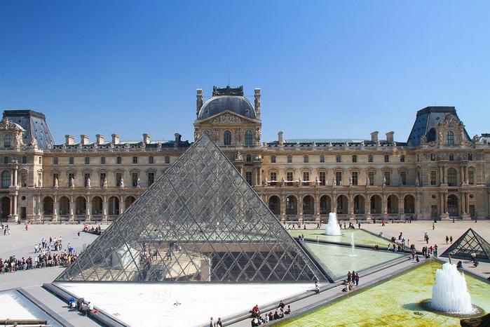 стеклянная пирамида лувра 1 (700x466, 323Kb)