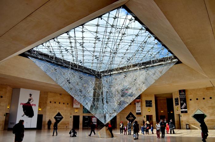 стеклянная пирамида лувра 6 (700x463, 480Kb)