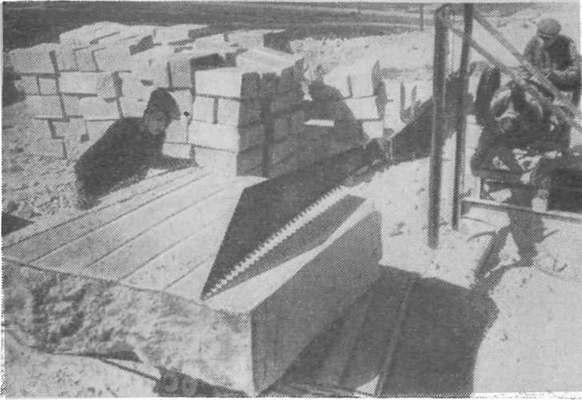 Крымские известняки — прекрасный строительный материал, легко поддающийся механической обработке. На снимке — распиловка инкерманского камня электропилой (582x400, 94Kb)