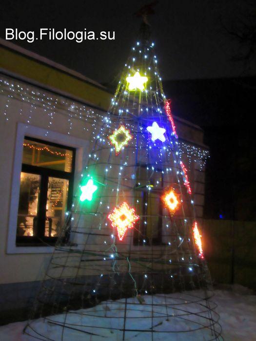 """Проволочная елка со световыми гирляндами у кафе """"Буровая"""" на Тушинской"""