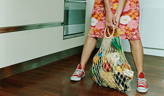 женщина тяжелые сумки1 (320x188, 88Kb)