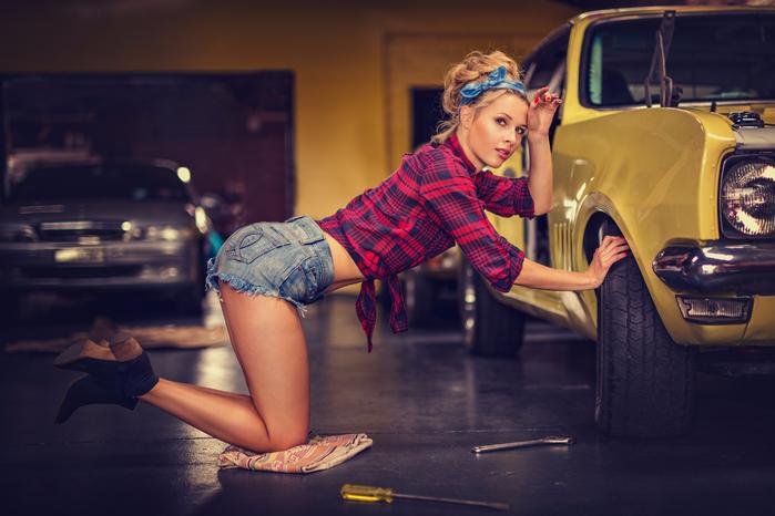 девушка-чинит-автомобиль (700x466, 351Kb)