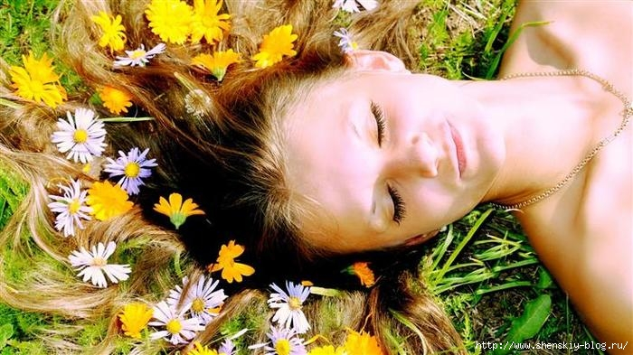4121583_www_GetBg__net_Girls_White_and_yellow_flowers_in_the_hair_of_the_girl_097760_ (700x393, 218Kb)