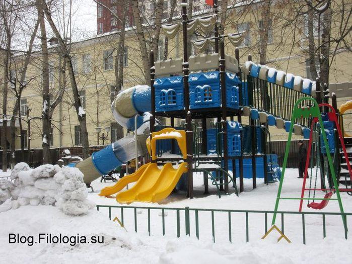 Горка на детской площадке у метро Октябрьское поле в Москве  (700x525, 95Kb)