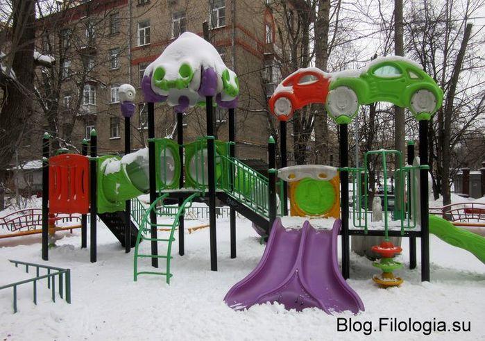 Детская площадка в Москве зимой (700x491, 89Kb)