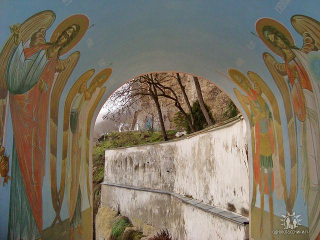 арка-проход под колокольней Свято-Успенского монастыря. Фото Натльи Я (640x480, 261Kb)
