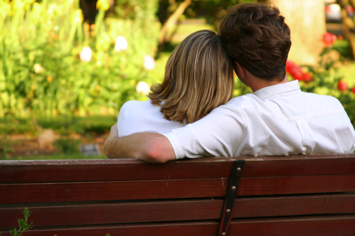 couple-on-park-bench (700x466, 294Kb)