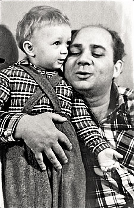 Евгений Леонов с сыном (451x700, 138Kb)