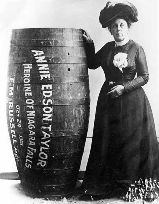 Энни Эдсон Тейлор — первая, кто выжил, преодолев Ниагарский водопад в бочке. Она сделала это в 1901 году (ей было 63 года!). (546x700, 53Kb)