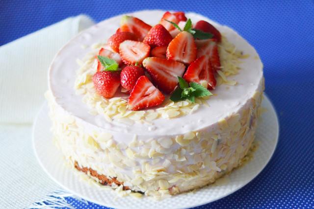 Йогуртово клубничный торт из бисквитов