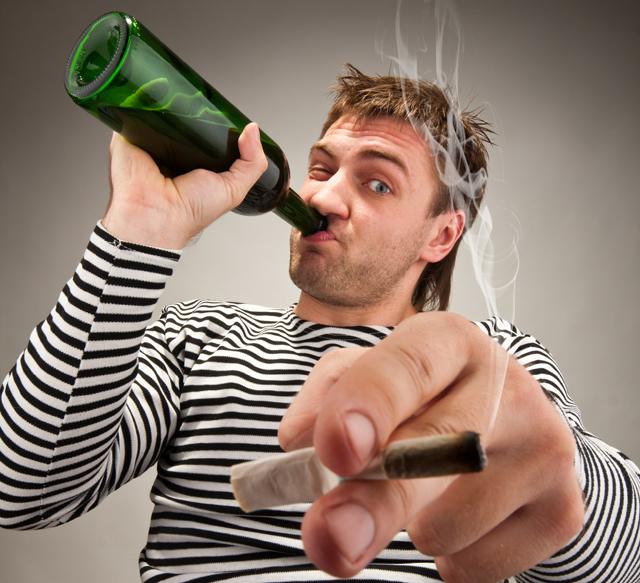 пьяный мужик/1488477390_p_yanuyy_muzhik (640x583, 298Kb)