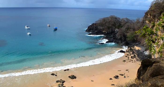 бразильский-пляж-Baia-do-Sancho-1 (700x371, 276Kb)