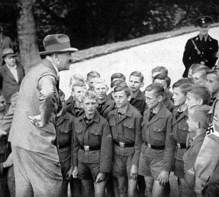 Почему Гитлер решил уничтожить всех евреев?