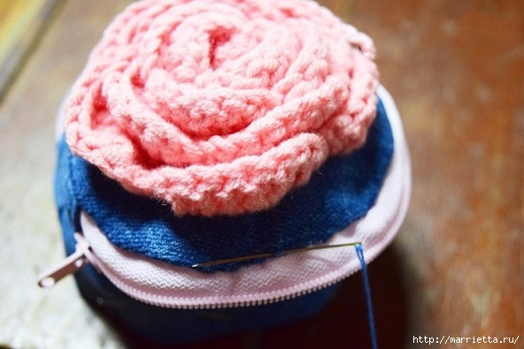 Шьем кошелек из джинсов с вязаной крючком розой (18) (592x395, 143Kb)