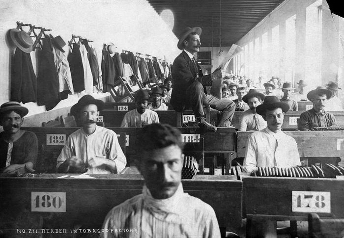 чтецы на табачных фабриках 1 (700x485, 219Kb)