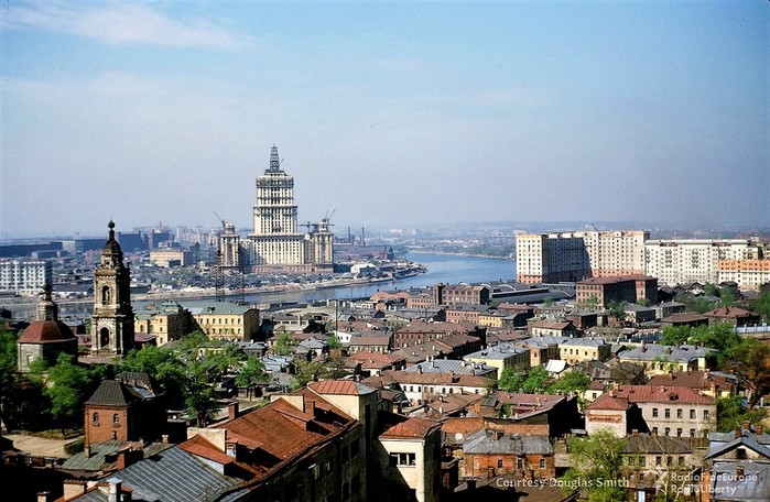 Высотка гостиницы Украина ( Radisson  Royal)  вид с крыши посольства США. Слева храм  девяти мучеников Кизических (700x456, 113Kb)