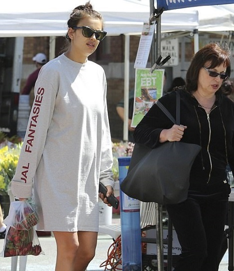 3EC8CAEB00000578-4366570-Cravings_Irina_Shayk_bought_some_strawberries_as_she_attended_a_-a-14_1490925676946 (469x544, 87Kb)