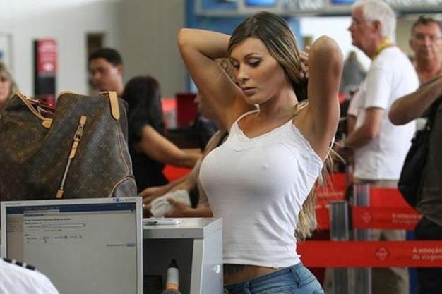 Сексуальная девушка в аэропорту