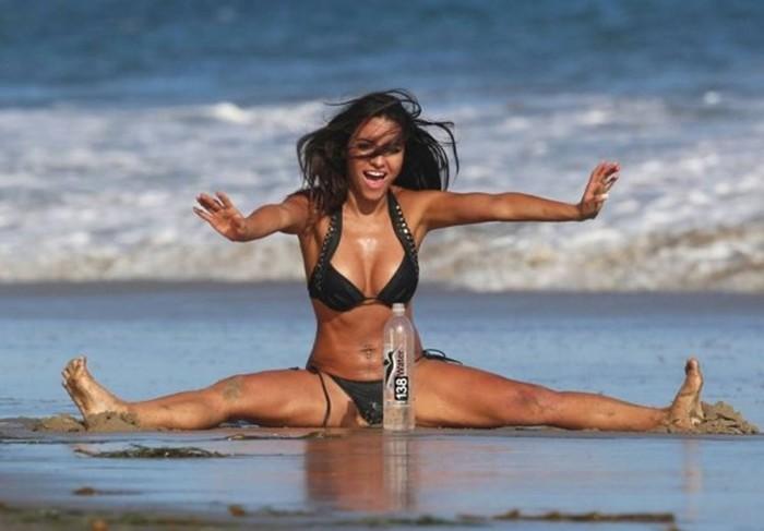 Бразильская модель Бруна Туна рекламирует минералку на пляже