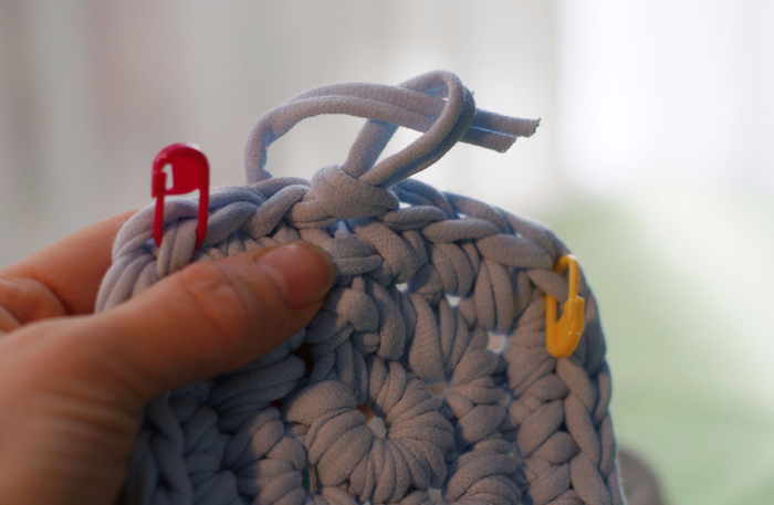 Как закончить вязание спинки на жилете