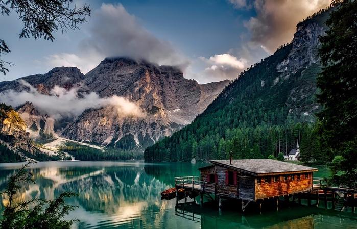 1. Изумрудное зеро Брайес в Доломитовых Альпах Италии, которое сохраняет прохладу даже в жаркий день (700x449, 393Kb)