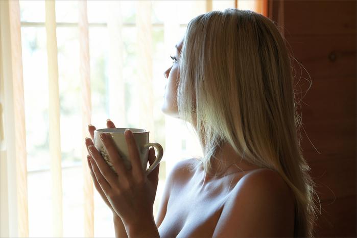 блондинка-с-чашкой-кофе-смотрит-на-улицу.jpg1 (700x466, 240Kb)