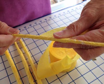 Декоративное пасхальное яйцо из проволоки и гофрированной бумаги (3) (400x324, 129Kb)