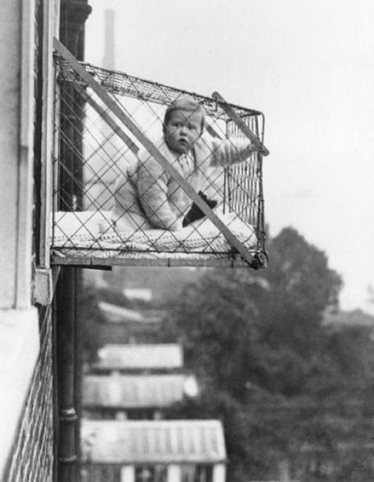 Детские клетки — чтобы ребенок, живущий в квартире, получал достаточно солнечного света и свежего воздуха. Около 1937 года. (542x700, 42Kb)