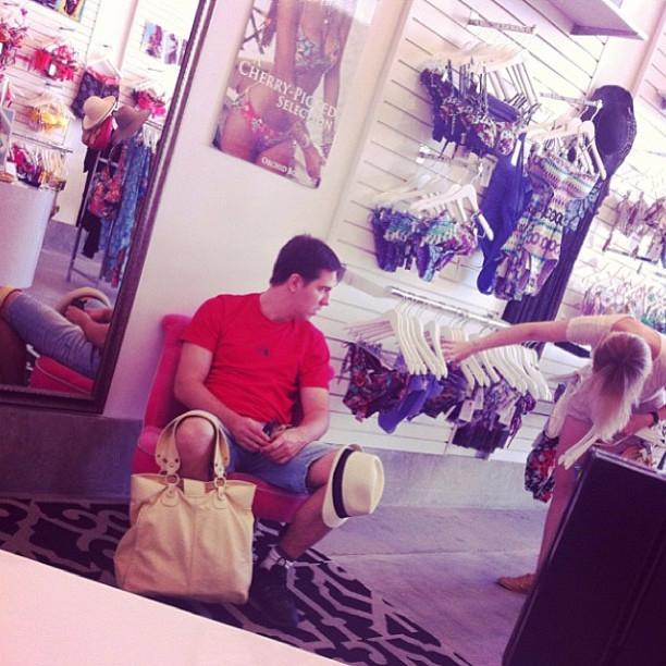 мужчины в магазине ждут своих женщин2 (612x612, 359Kb)