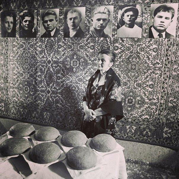 Жительница Беларуси, потерявшая в годы войны 7 братьев, каждое 22 июня выпекает каждому погибшему брату по караваю (604x604, 132Kb)