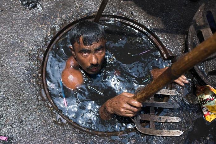 чистильщик канализации бангладеш 1 (700x466, 405Kb)