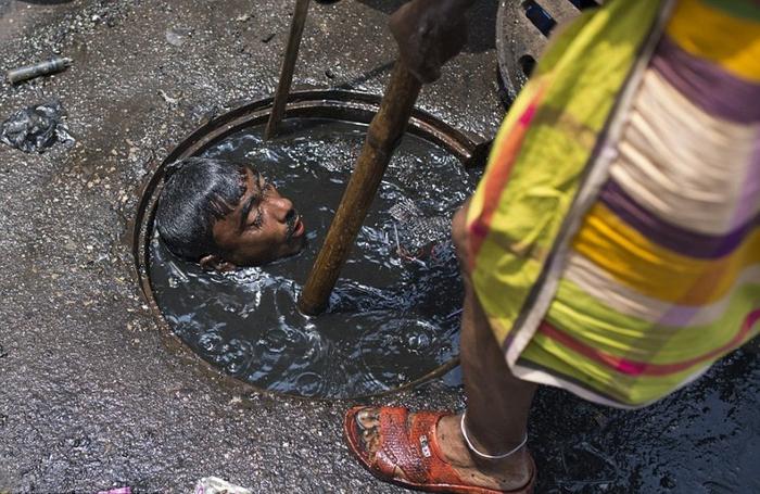 чистильщик канализации бангладеш 3 (700x455, 380Kb)