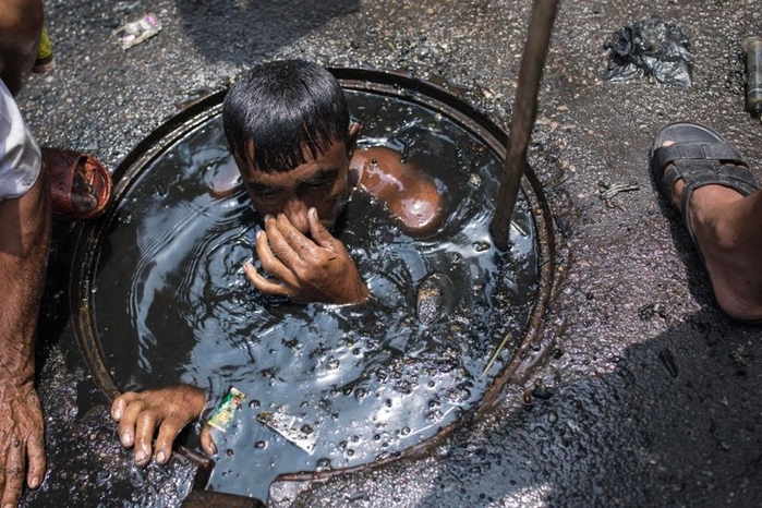 чистильщик канализации бангладеш 5 (700x466, 396Kb)