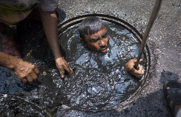 чистильщик канализации бангладеш 9 (700x453, 388Kb)