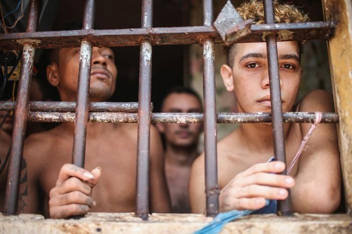Неудачный побег   Заключенный не поместился в подготовленное отверстие