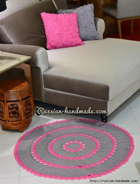 Серый круглый коврик с розовой отделкой крючком (1) (483x635, 187Kb)