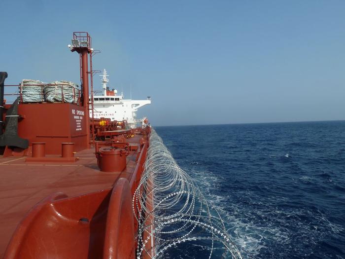 современные морские пираты защита судна 1 (700x525, 278Kb)