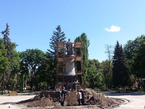 Памятник с ангелом Нязепетровск Лампадка из покостовского гранита Люблино