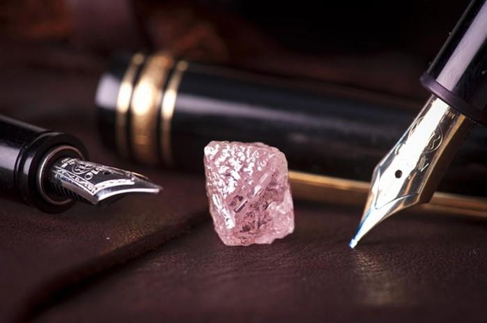 Уникальный розовый алмаз