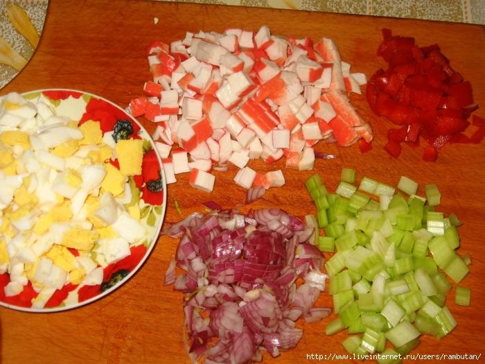 Салат из крабовых палочек риса и помидор